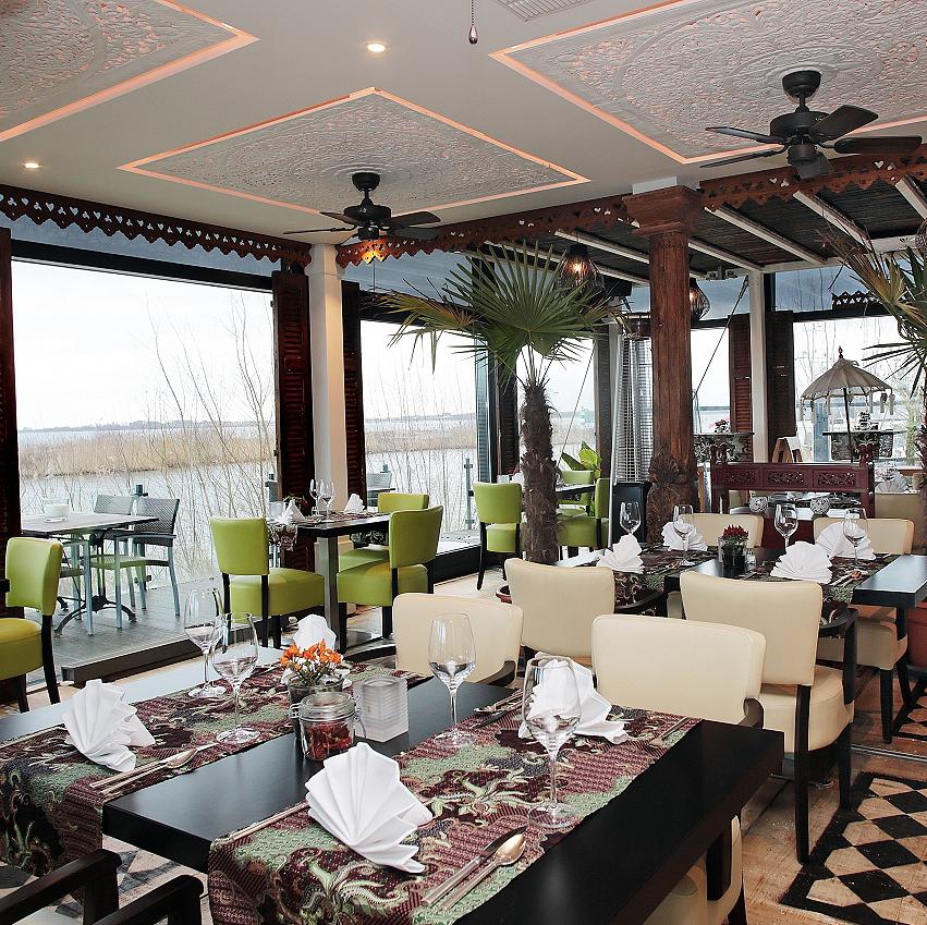 Vrijstaand restaurant in de haven van Almere